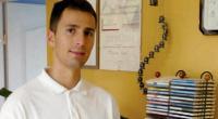 Maciej Czarny podczas dobierania muzyki terapeutycznej do zabiegu gorącymi kamieniami