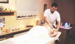 Maciej Czarny podczas wykonywania masażu relaksacyjnego