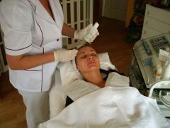 Wykonanie peelingu migdałowego po oczyszczeniu skóry za pomocą kawitacji